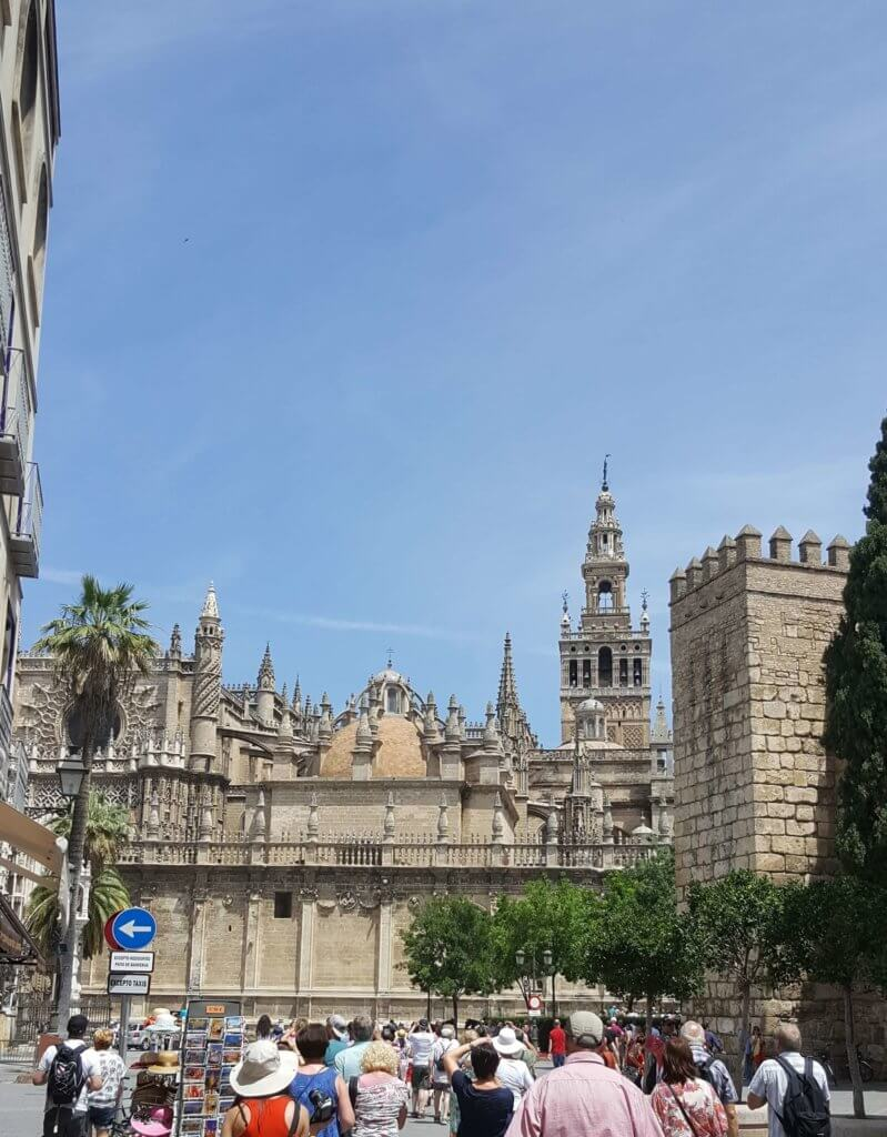 Blick auf die Kathedrale. Der spitze Turm ist die Giralda