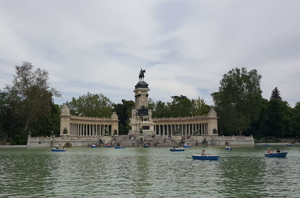 Der See Estanque Grande de El Retiro - zu sehen das Denkmal zu Ehren Alfons XII.