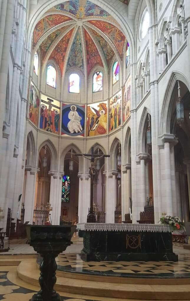 Der Altarraum der Kathedrale Santa María la Real de La Almudena