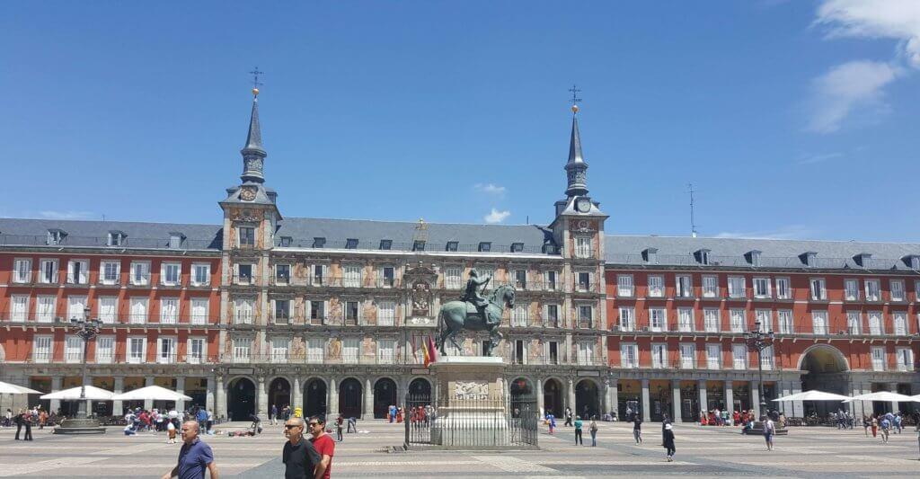 Der Plaza Mayor - in der Mitte zu sehen die Statue von Philipp III.