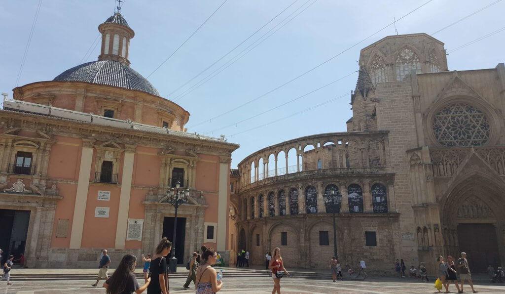 Die Basilika de la Virgen de los Desamparados - rechts zu sehen: das Apostel-Tor der Kathedrale