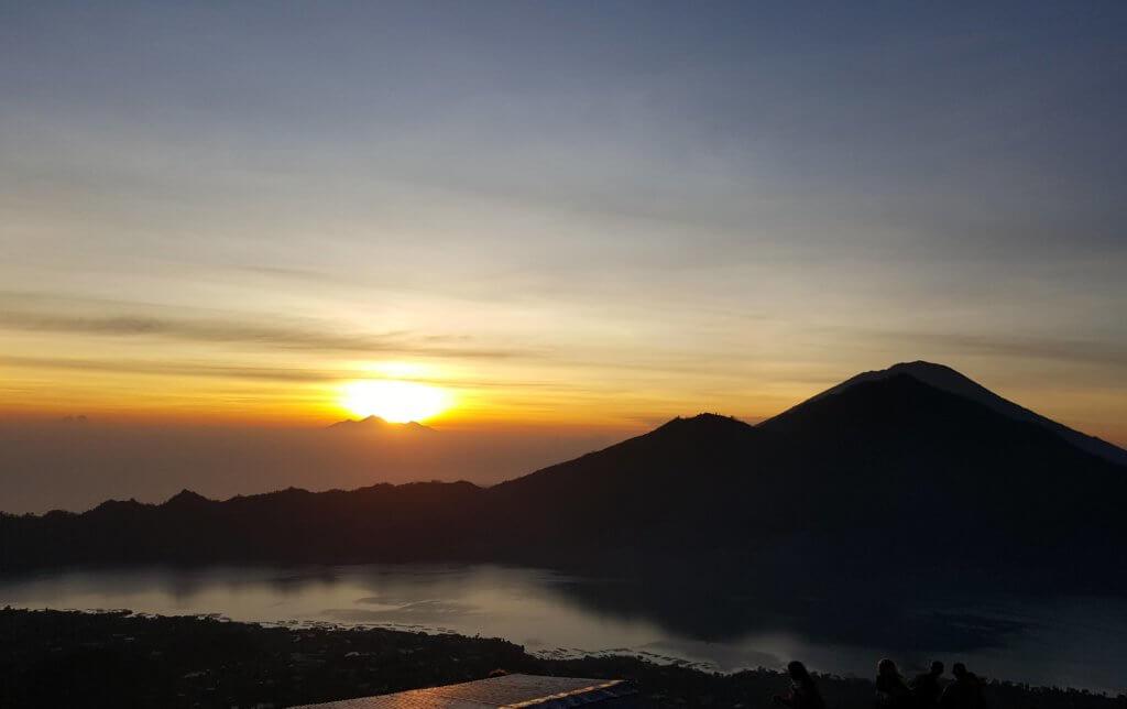 Sonnenaufgang auf dem Ganung Batur - rechts zu sehen der Ganung Agung; am Horizont der Gunung Rinjani