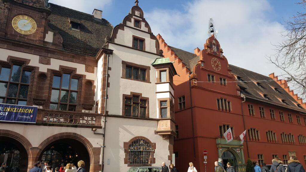 rechts das alte Rathaus - links das neue Rathaus
