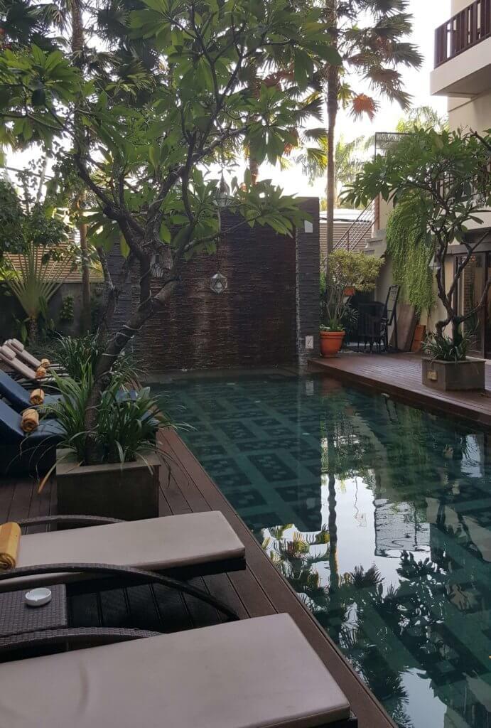 Blick auf den Hotelpool im Sense Hotel Seminyak