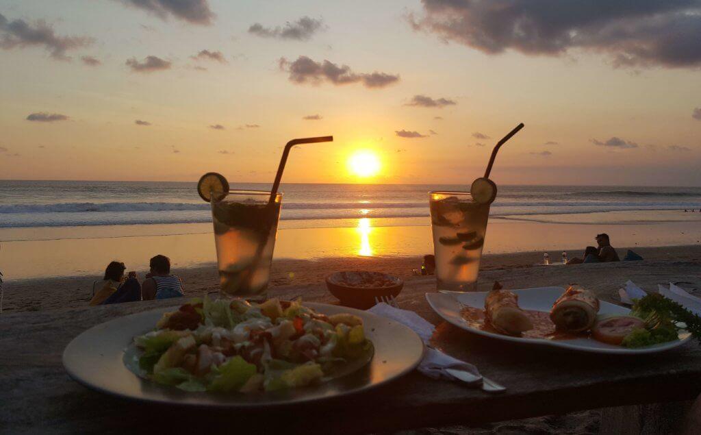 Sonnenuntergang mit gutem Essen und Cocktails