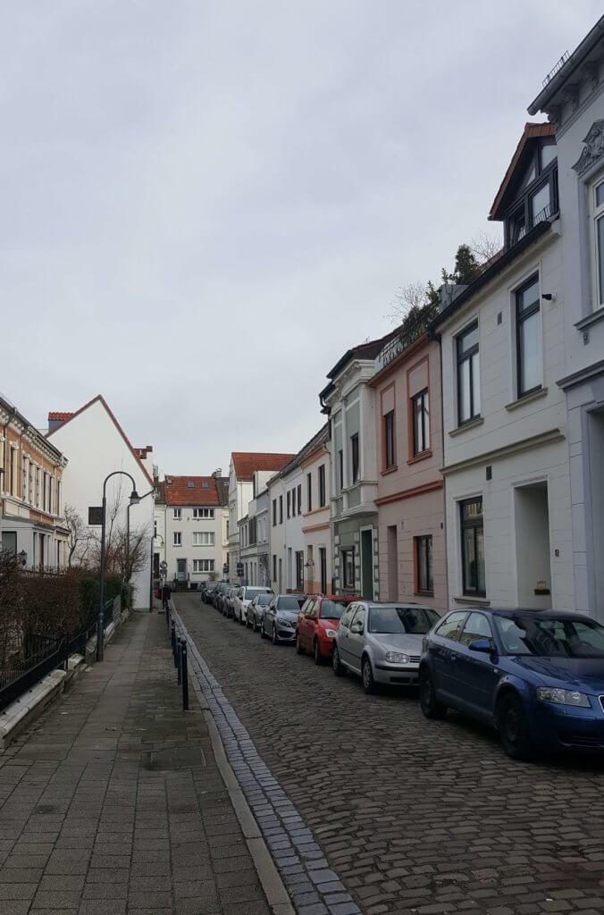 Straße mit bunten Häusern