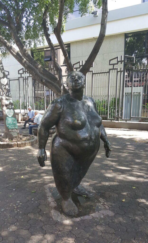 Statue einer nackten Frau