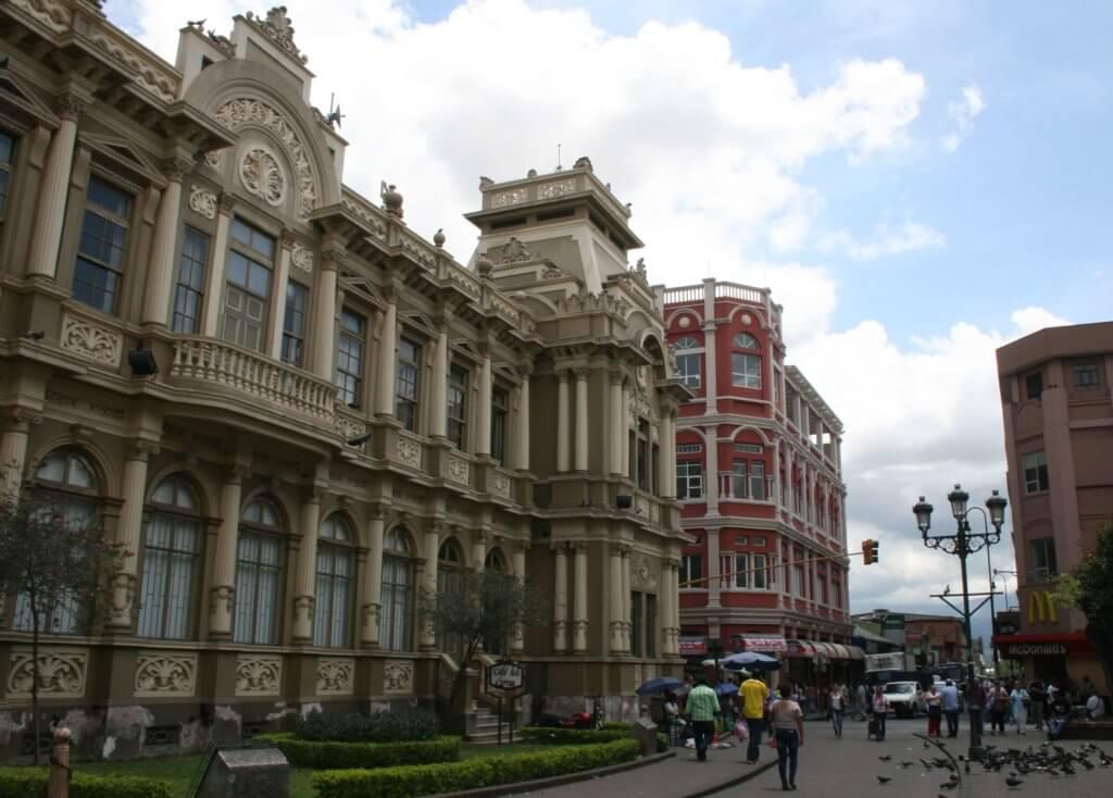 vor dem Edificio Central de Correos in San José