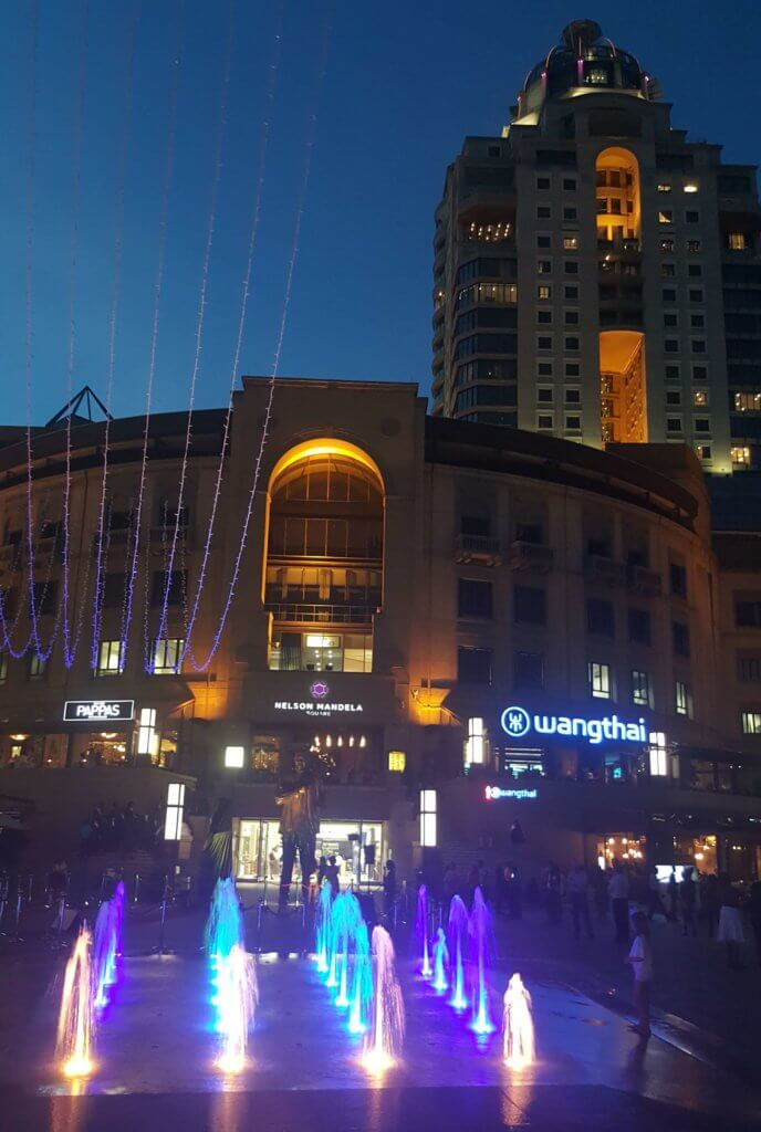 Am Nelson Mandela Square in Johannesburg