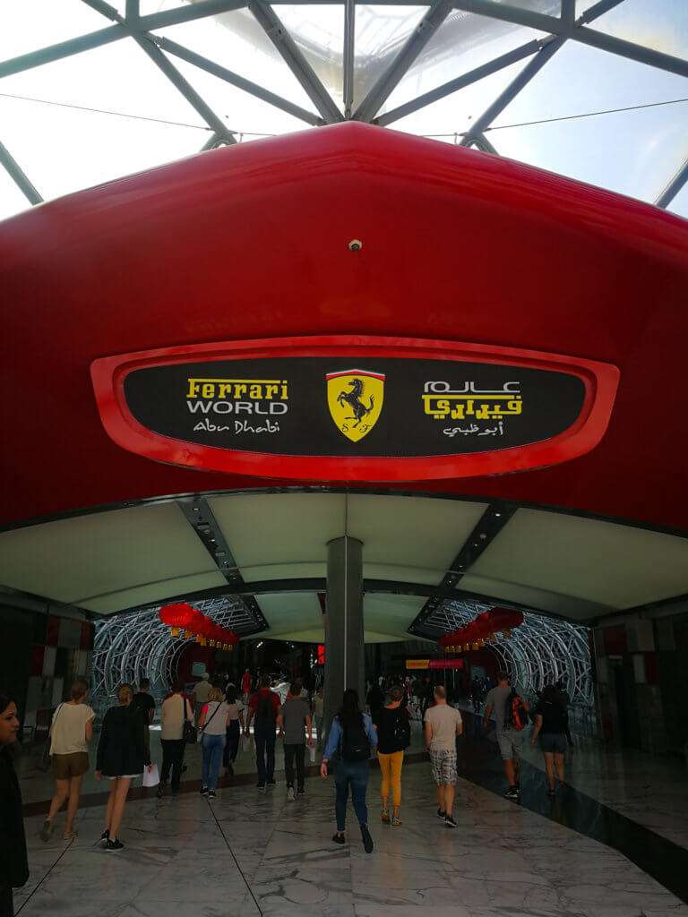 Eingang des Ferrari World Abu Dhabi