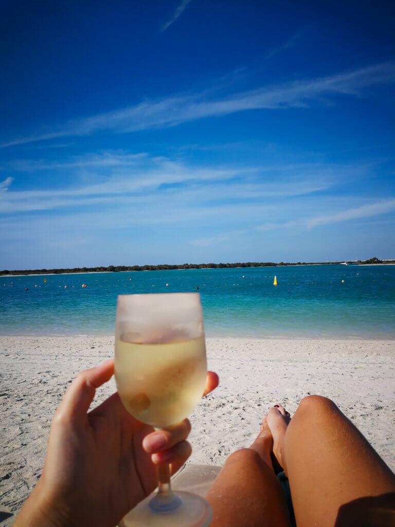 Entspannung pur mit einem Glas Weißwein