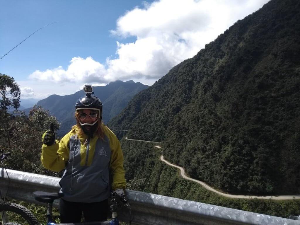 mit meinem Mountain-Bike vor der Death Road