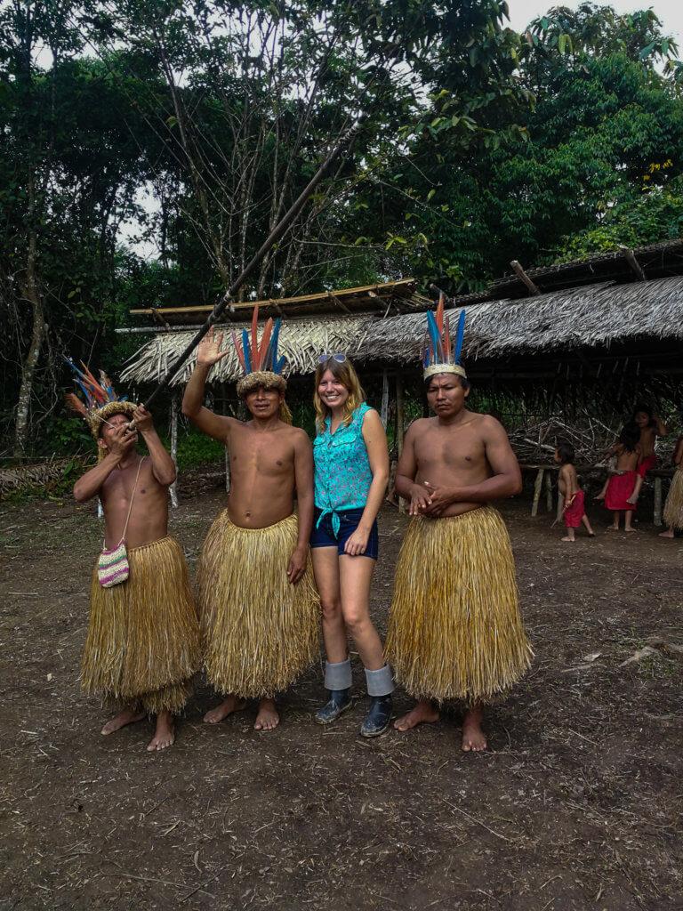 mit den Bewohnern eines Dorfs im Amazonas
