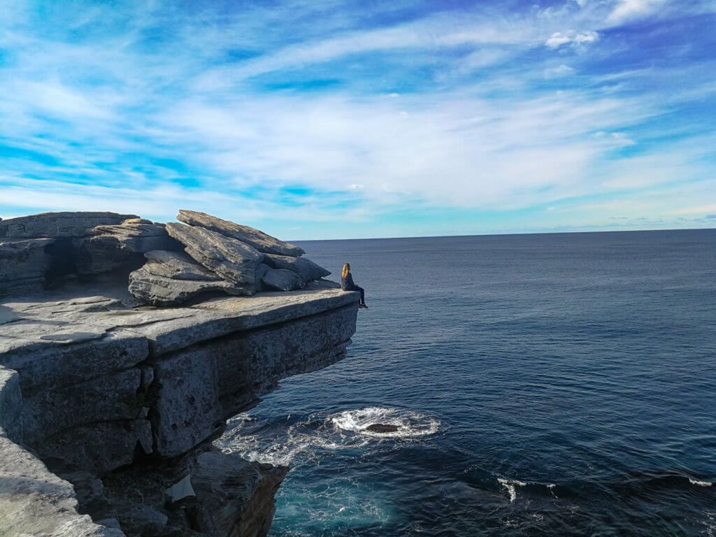 an einer Felsklippe am Coastal Walk