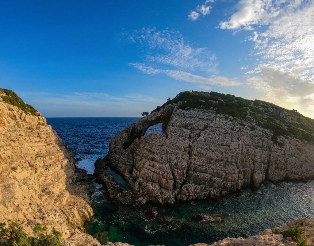 Korakonissi - die Insel besitzt ein natürliches Fenster in der Felsformation