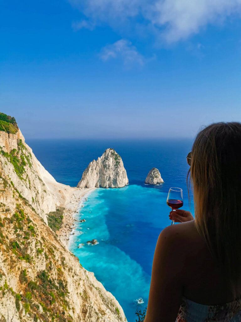 Die Aussicht bei einem Glas Wein genießen